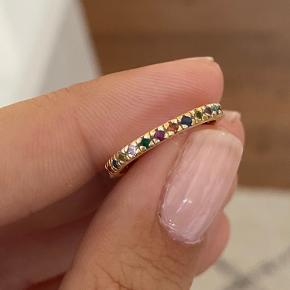 Prisen er fast og bytter ikke.  Kan sendes på købers regning eller afhentes i Aarhus C.   Flot ring fra maanesten. Ringen hedder pari og er i guld. Størrelse 49.   Se billeder for mål af ringen indvendig.   Obs! Forvent ikke en ny ring!  Ringen har været brugt, men ikke ret meget, den er i rigtig fin stand, men da den kun er guldbelagt, vil der være meget få antydninger af sølvet under. Det ses ikke rigtig på ringen, med mindre du har den helt tæt på.