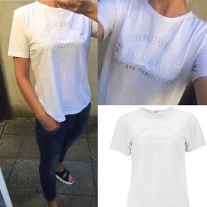 Lækker T-shirt fra Gustav - brugt et par timer er helt som ny - hvid med sølv - lækker kvalitet med stræk
