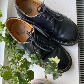 """Fine sko fra Dr. Martens i en str 36, købt herinde på Trendsales 🪐🪐 sælges da de er for brede til mig.  De er i den gode ende af """"God, men brugt"""" da de brugt højest 5 gange af mig  Ellers send en privatbesked, hvis der skulle være spørgsmål 🌙  (Dr. Martens flats)🍇"""