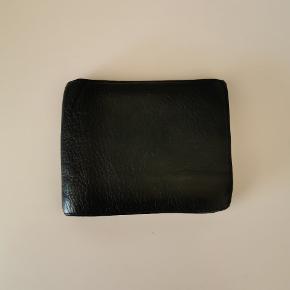 Sælger denne sorte læderpung fra Mulberry. Den er brugt, men har stadig mange år i sig endnu.