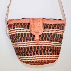 Smukke, håndlavede sisaltasker med detaljer i ægte læder fra Kenya. Læderrem kan justeres til den ønskede længde. Åbningen på tasken er ca. 30 cm. Den er foret indvendigt.   * Kan efter aftale afhentes i Brønshøj eller i Tølløse * Kan sendes, køber betaler porto
