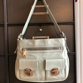 Mint farvet taske fra Marc Jacobs mainline. Virkelig fin Miami Vibe over tasken 🦜 i perfekt stand. Tryk på flere fotos i kommentarsporet