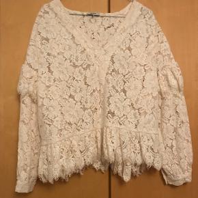 Den smukkeste hvide blonde bluse fra GanniBrugt en gang Ny pris 2000,-