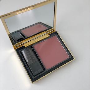 Pure Color envy blush i farven rebel rose. Aldrig brugt og stadig i original emballage. Bytter ikke :)