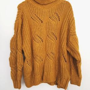 Karry gul sweater med reb / fletstrikning og rullekrave. Sidder virkelig flot og er helt ny!  Super flot farve 🦁  #trendsalesfund