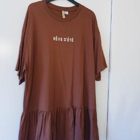 Fin sommerkjole/T-shirt kjole.  Jeg er 172, den går mig til midt lår.   Køber betaler fragt + ts gebyr. Ellers kan den afhentes i Gentofte eller andet aftalt.