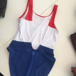 Pepsi badedragt fra H&M str. 38 Brugt og vasket 1 gang Dyb ryg Flotte stærke farver  🌸 Kan sendes eller hentes tæt på Salling i Århus C 🌸