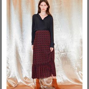 Smuk nederdel med røde blomster fra Just Female, med elastik i taljen så en str M kan også sagtens bruge den.Brugt meget få gange derfor er den næsten som ny!