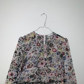 """Sælger min Ganni kjole """"Pleated Georgette"""" i str 38. Kjolen er brugt en gang til studentergalla og jeg vil derfor gerne så tæt på ny pris som mulig. Ny pris var 1400kr. Skriv for flere billeder eller hvis du har et bud."""