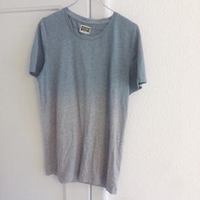 Ombre t-shirt i grå og grøn. Helt standard t-shirt med crew neck.  Sender gerne med DAO :)