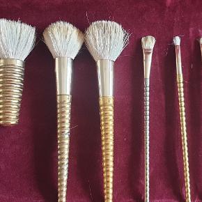"""Flotte """"guld"""" Makeupbørste/pensel fra YSL sælges samlet Meget velholdte. Makeup pensler af 6 forskellig slags  Brugt, men er stadig helt i orden Sælges fordi jeg har for mange.  Sælges samlet"""