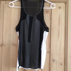 Hvid top med gennemsigtig sort ryg fra Helmut Lang. Kan enten sendes med DAO eller afhentes på Frederiksberg.