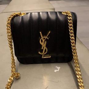 Overvejer at sælge min meget smukke Saint Laurent Vicky Chain taske, da jeg desværre ikke får den brugt. Den har ingen synlige brugstegn, kun ved lukningen indvendigt (dette sker på alle tasker) og alt medfølger. Kvittering, tags, pose og det hele :)  Nypris er omkring 14.000,- og jeg har ikke lige overvejet en mindstepris, så man er velkommen til at byde! Den kan ses i Virum og sender gerne flere billeder.  Kh Freja