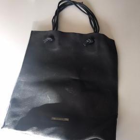 En smuk taske som jeg har haft meget glæde af!  - Den har derfor en del slid! Men prisen er også derefter🙏🏻