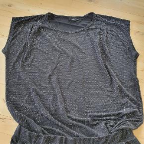 Sort/sølv 2-delt sæt fra Fransa. Str xl. Brugt 3 gange. Enkelte sølv tråde er trukket,men kan ikke undgås. Og har ikke betydning for sætter som helhed. Det er en bluse og et par bukser,som kan bruges sammen eller hver for sig.  Det er rigtig lækkert brød, strammer ingen steder, perfekt til en hel aften /nat i byen.  Sælges for 85kr. Ny pris 500kr.  Afhentes i Nørresundby eller sendes med DAO.  #sundaysellout