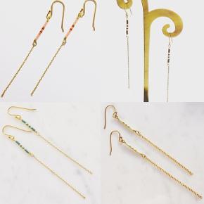Kæde øreringe med delica perler, fåes i mange variationer med forgyldt kæde. Prisen er pr. Par  Længde 6 cm
