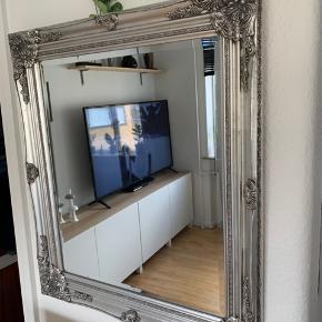 Ældre antik spejl med de smukkeste udskæringer i rammen, købt på marked for flere år siden.  Skal desværre sælges da vi flytter