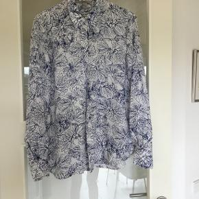 Blå/hvid super smuk - polyester krøller ikke   Nypris kr 399,-