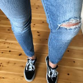 Super smuk Levis jeans i størrelse 28🤩 Cropped. Sælges da den er desværre lidt for stramme til mig. Længden kommer op til anklen (Jeg er cirka 167cm høj). Brugt få gange.
