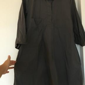 Klassisk kjole fra COS i fed grå farve