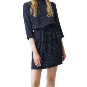 Ganni Rosemont crepe kjole i mørkeblå med hvide prikker.   #trendsalesfund