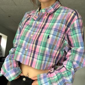 Mega fed skjorte fra Ralph Lauren som jeg har cropped. Sælger den da jeg desværre ikke får den brugt nok - Se også mine andre annoncer. Pris er ikke fast og kan muligvis forhandles. Mængderabat ved køb af flere ting😊