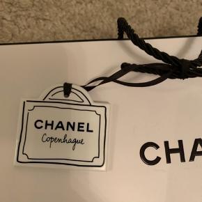 Fine Chanel poser den ene med Tag på  Fra Chanel i Illum