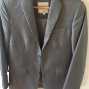 Fin jakke kun brugt 1 gang til konfirmation og ingen brugsspor