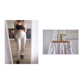 Hvide læderbukser  - Farve: råhvid / cremefarvet  - Straight leg  - Faux læder  - Højtaljede  - Jeg sælge også et par i sorte   Pasform:  - Jeg er mellem en XS og S og de for store i livet til mig(se billede 3)  Man skal nok være en 100% small. - Fra hofte til hofte(ikke omkreds) 50 cm - SkridtLængde: 84 cm   Styling: - Til en råhvid trøje og råhvide sko, ville de være gode.