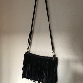 Fed crossbody taske med frynser fra Gina Tricot, brugt få gange.  Jeg sender gerne - 37 kr. med dao :-)