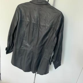 Lækker læderskjorte i ægte skind fra Envii. Kun brugt få gange og fremstår i fin stand. Køber betaler porto.