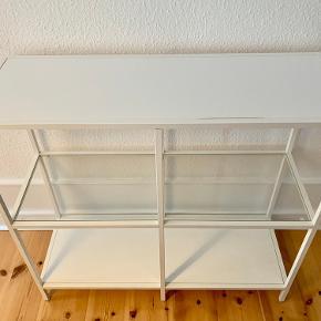 Skænk fra IKEA Mål:  Højde: 94 Bredde: 100 Dybde: 36 Sat i kategorien 'god men brugt', da den øverste plade har hævet sig en anelse, se billede (dette er mindre synligt i virkeligheden end på billedet)