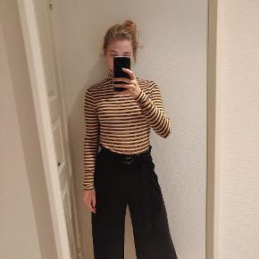Højtaljerede bukser. Jeg er cirka 170 cm høj.  Bytter ikke.