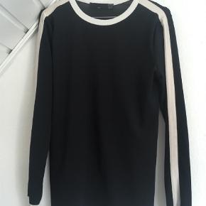 Varetype: Bluse Farve: Blå Oprindelig købspris: 180 kr.  Ved ikke materialet, da mærket er klippet ud.