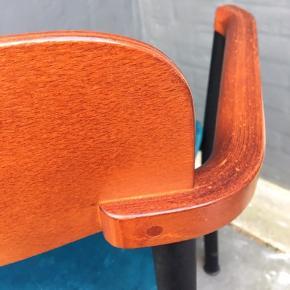 Sjælfuld og velholdt konferencestol, spisestue- kontor- eller entremøbel med originalt label i bunden. Sædet er originalt - betrukket med en højkvalitets møbelvelour (immiteret ruskind) i en smuk og meget populær petroleumsblå nuance. Stolen har et solidt sort pulverlakeret metalstel med formet træ på ryg og armlæn.   Enormt smukke detaljer i et tidløst design.  Jeg har kun denne ene.
