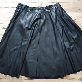 Læder look nederdel i A-form.  Den måler 94 i taljen, 200+ om rumpen og den er 70 lang.