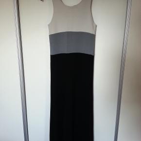 Lækker kjole i sort og to grå nuancer Str 1, hvilket svarer til S 88% viscose, 8% nylon, 4% elastan Brugt meget få gange