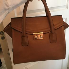 Charmiran taske købt fra en designerbutik i Iran. Ægte læder og håndsyet samt ekstrem modebevidst stil. Købt for 3000 kr. Kom med et fornuftigt bud