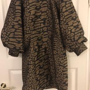 Jaqcuard kjolen fra efteråret 2019. Brugt til 2 fester. Fik Gannis egen skrædder til at fjerne kraven for 250kr, da jeg købte den, da jeg gerne ville have den mere simpel. Nypris:1600kr