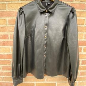 Sælger denne læder look a like skjorte fra VERO MODA, da jeg ikke får den brugt. Den har et lille puf ærme