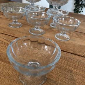 Fine små franske portionsglas. Kan f.eks.  bruges til dessert eller måske en lille rejecocktail. 8 stk. Får dem ikke brugt .