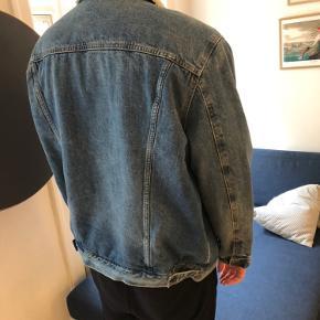 Lækker og ny Levis denimjakke. Mærket er taget af, men jakken er aldrig brugt, kun prøvet på. Kom gerne med bud