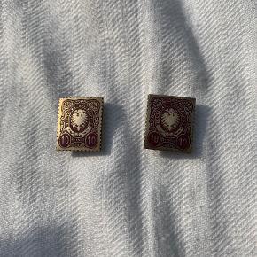 napshulsmærker i messing og dybrød emalje. Tysk frimærke. 10 pfenning - Deutsche Reichs Post. Måler 2x2,5cm. Pris 45 kr pr stk.