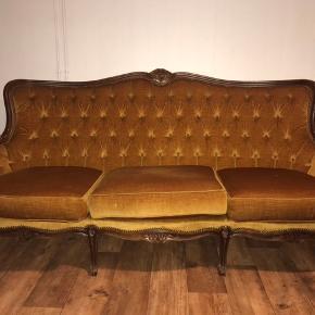 Karrygul velour sofa, den har tidligere været ejet af en dansk fysiker. Den er elegant og rar, og har de fineste detaljer! Interesseret så skriv.