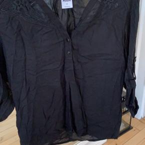 Hvid og sort skjorte begge i str. Xs, men passer en small, de aldrig brugt.   Skal lige stryges inden brug   Kan hentes på Frederiksberg :-)