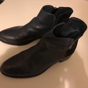 Meget fine italienske støvletter - med lynlåse i siderne . Blåt skind med sort ruskind på hælen , Lille hæl. Meget flot snude  Kun brugt en enkelt gang - lidt for store.  Ny pris 1400 kr. Mærket er Fonnesberg.   Køber betaler Porto
