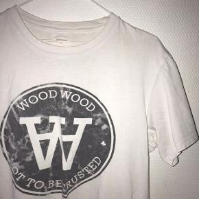 Fed Wood Wood T-shirt sælges billigt - et lille hul på ærmet - vist på billedet