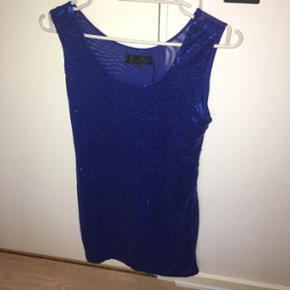 Blå kjole med palietter. Aldrig brugt, str. M🌸