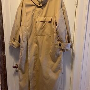 Den fine frakke fra Af Agger i en str. 2 Den er brugt en del og desværre har den fået farve fra min cykelsadel bag på, har dog ikke haft den til rens.