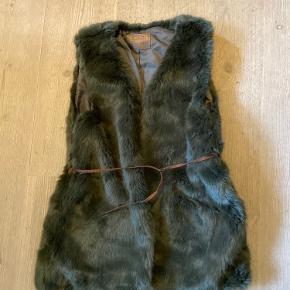 Super lækker vest med pels fra Zara - Outerwear collection. Næsten ikke brugt. Med et fint lille bælte, så man kan lukke vesten.  Fra røgfrit hjem Befinder sig i Silkeborg, men kan evt. tages med til Aarhus eller Viborg i hverdagene.